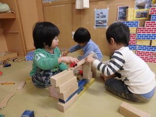お友だちと一緒に積木やレールを組み合わせて電車や車が走る道を作っています。.JPG