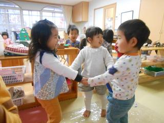 お友だちと手をつないで「かご かご」を歌いながら楽しんでいます.JPG