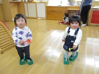牛乳パック靴を履いて「いってきまーす」.JPG